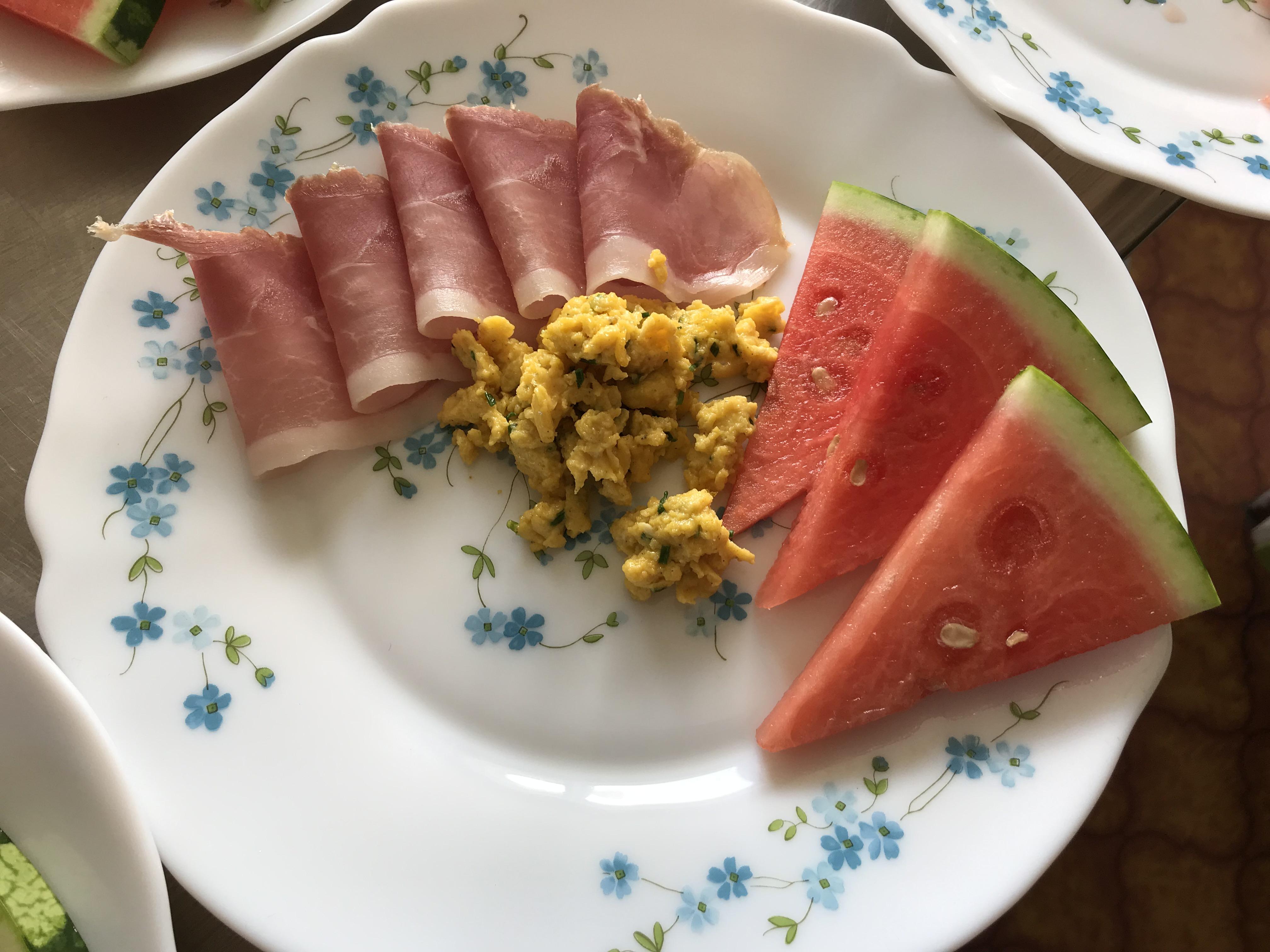 Spekeskinke, vannmelon og eggerøre fra egne egg