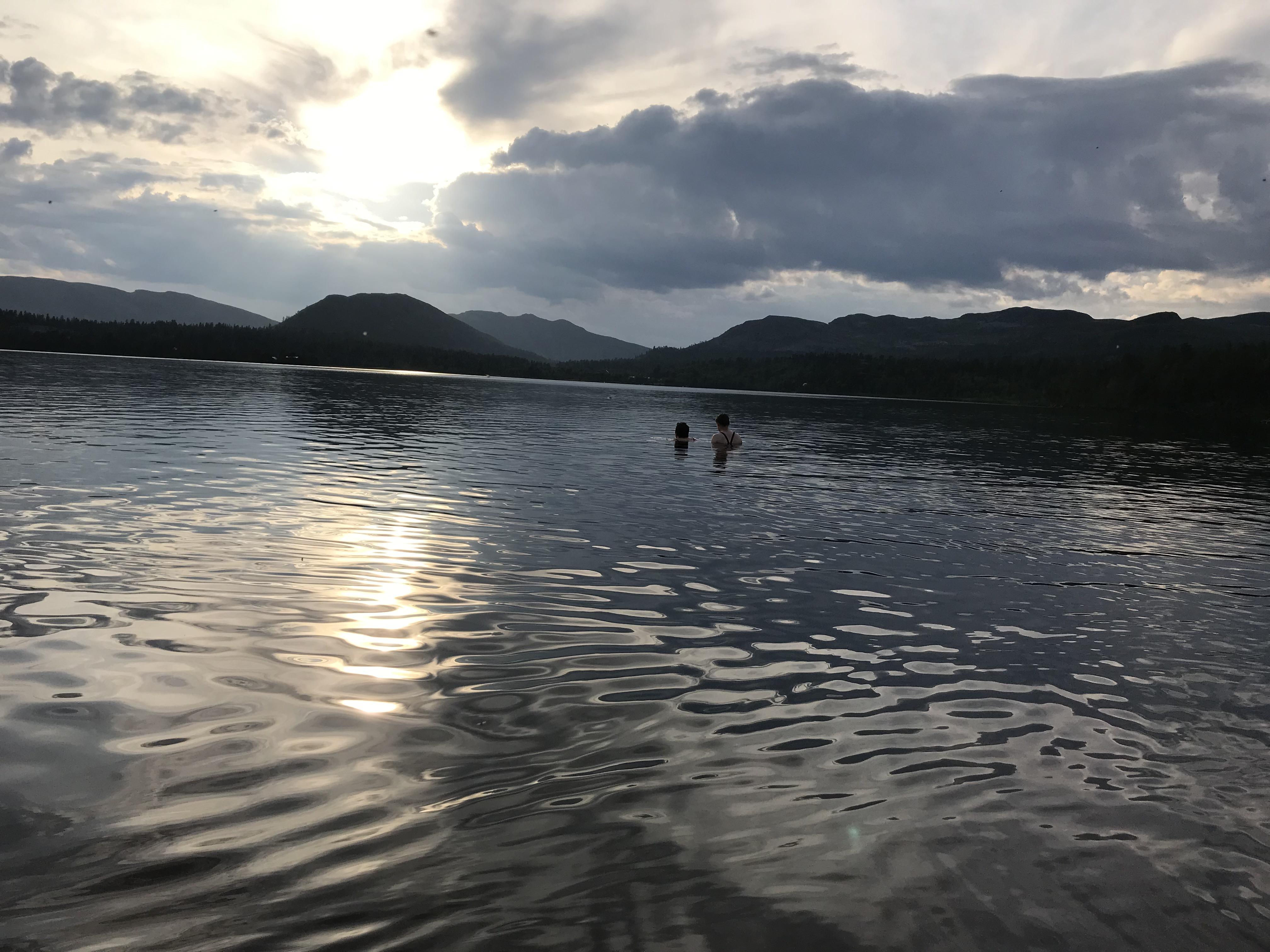 På bading i Fjellgutusjøen
